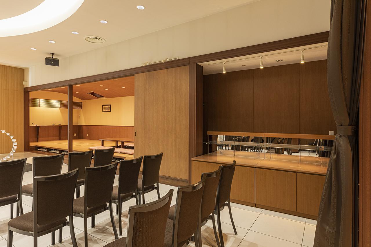 画像: ホール脇に、ビュッフェ用の台が常設されている。