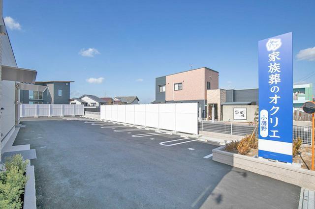 画像: 駐車場には軽自動車8台、普通車8台が収容可能。 隣の飲食店の窓から見える部分は、220cmの塀を設置した