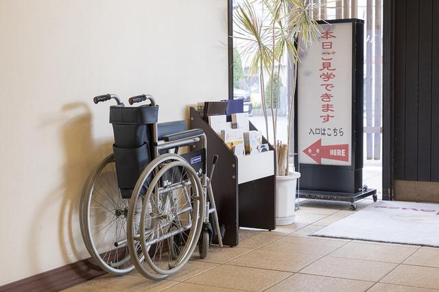 画像: 備え付けの車椅子