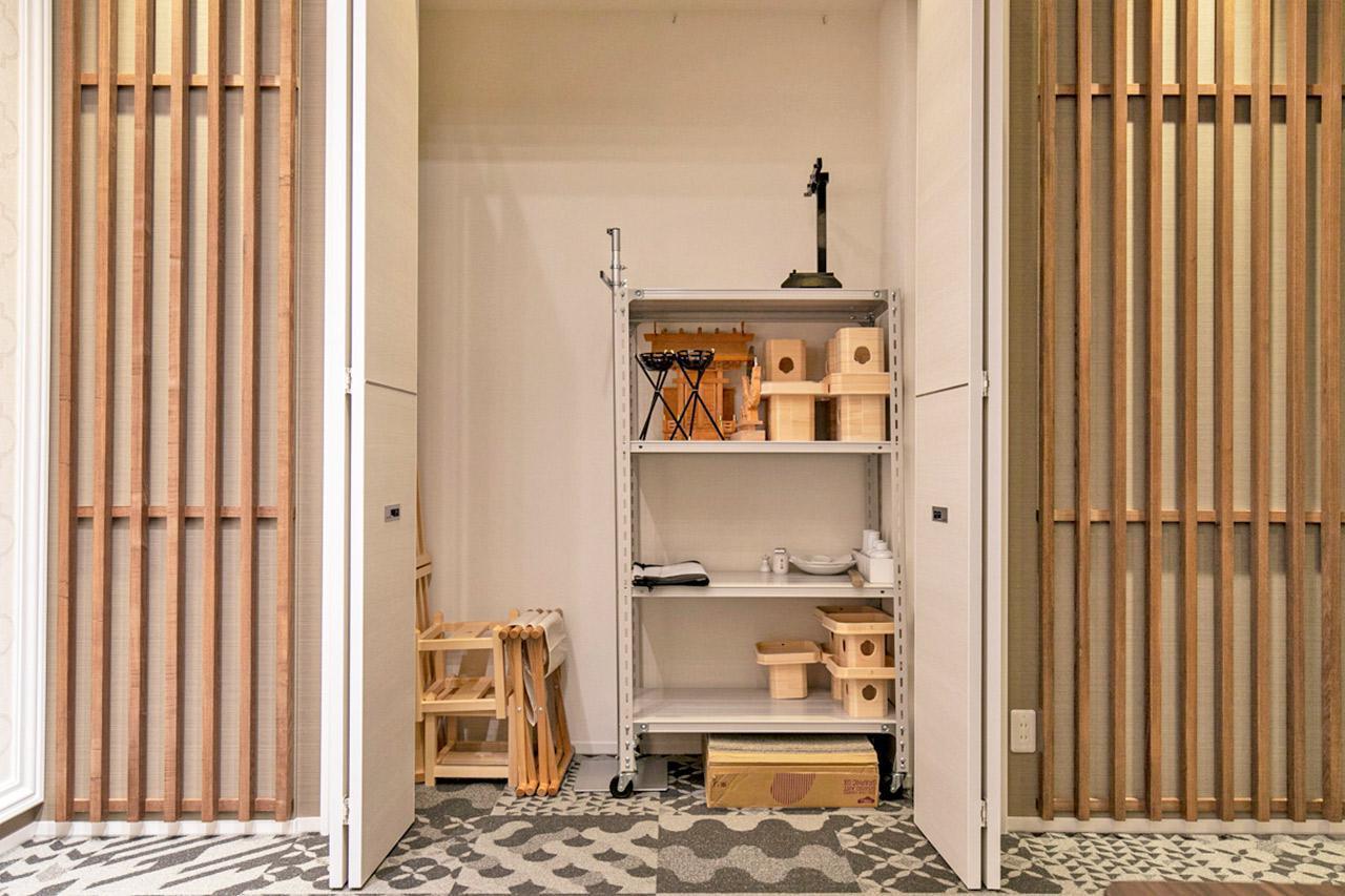 画像: 祭壇横には収納棚を設置。使用頻度の高い道具や機材を収めている
