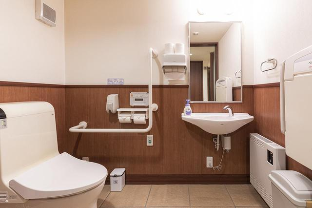 画像: 車椅子でも利用できるトイレ。赤ちゃんのおむつ替え用の台もある