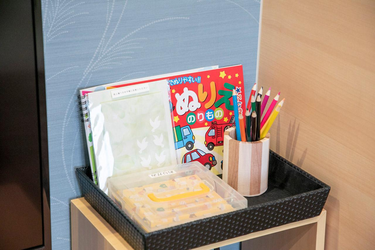 画像: 小さいお子様用に、ぬりえや折り紙などを用意