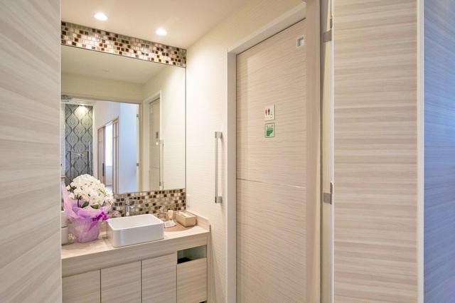 画像: 明るく清潔なパウダールーム