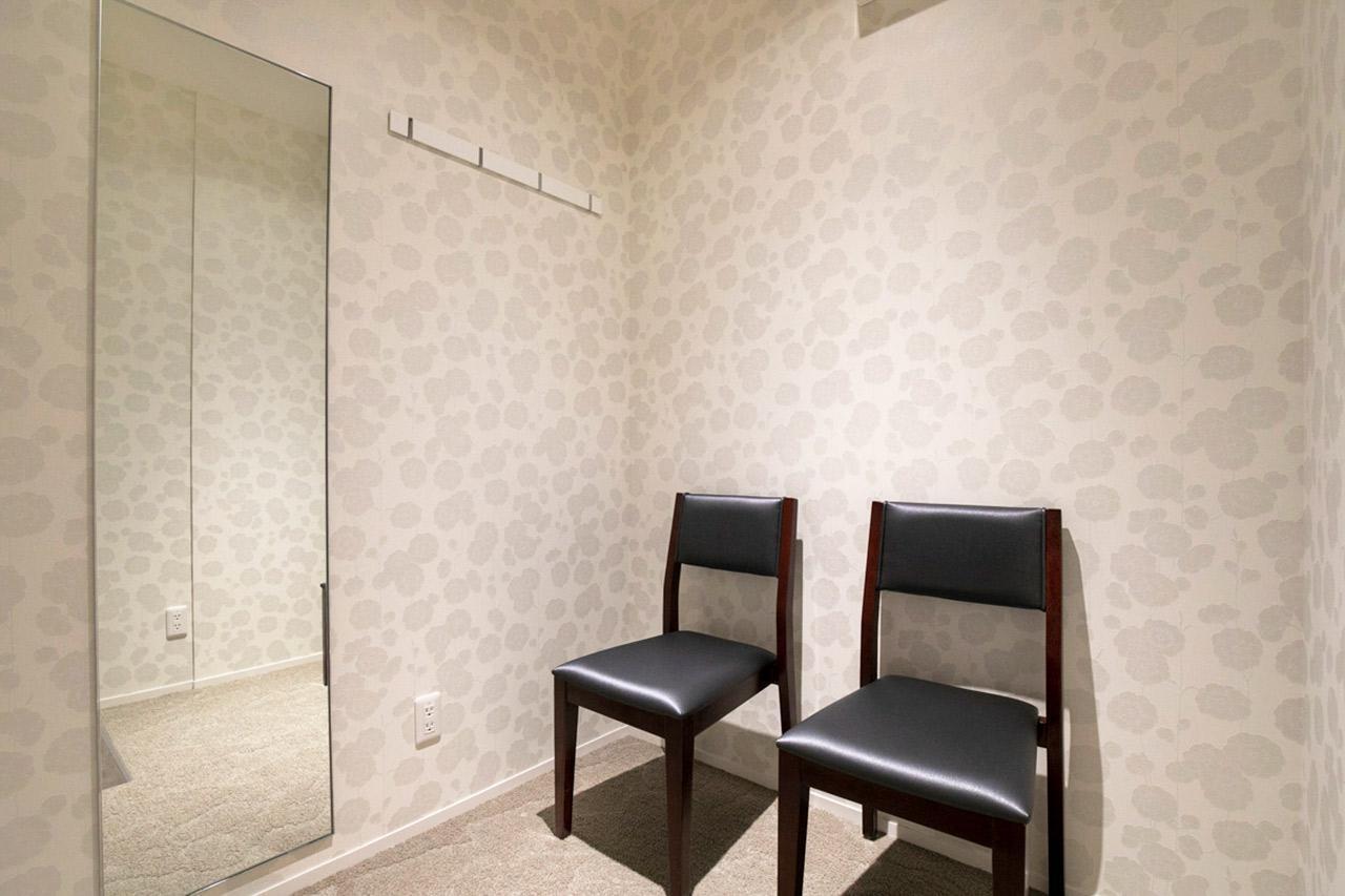 画像: 多目的室の内部。 授乳室や更衣室として使われている