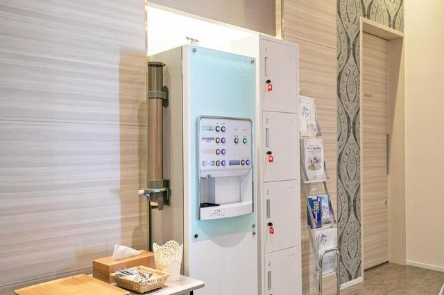 画像: 無料のドリンクサーバやコインロッカーを設置。 奥に見えるドアは「多目的室」