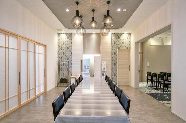 画像: スタイリッシュでありながら穏やかな空間。 ホール、会食室ともにランプシェードにこだわった