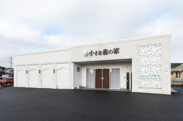 画像: 昼の野田川間ホール外観。 透かし彫りのような外壁が目を引く