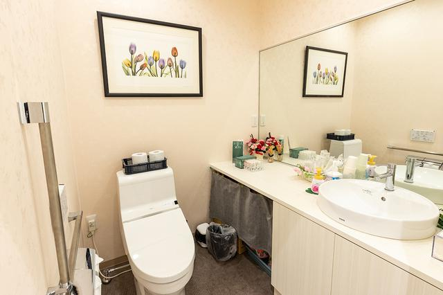 画像: 手すり付きのトイレ
