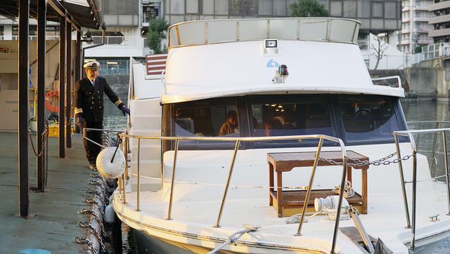 画像: 海洋散骨「ブルーオーシャンセレモニー」に使用される同社所有の小型船(と船長)