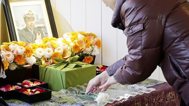 画像: チャータープランの場合、散骨ポイントに着くまでの時間を利用して 故人の思い出映像を流したり、遺影に花を手向けるなどのセレモニーを行える