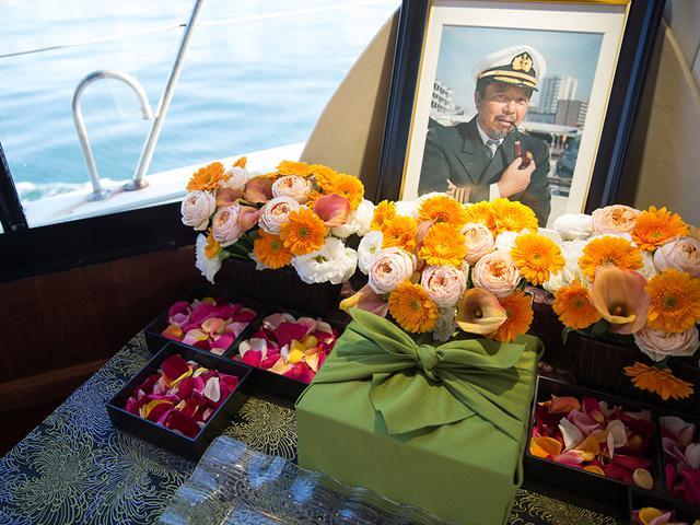 画像: 在りし日の船長を偲び、遺影の前には明るい色の花が飾られて。