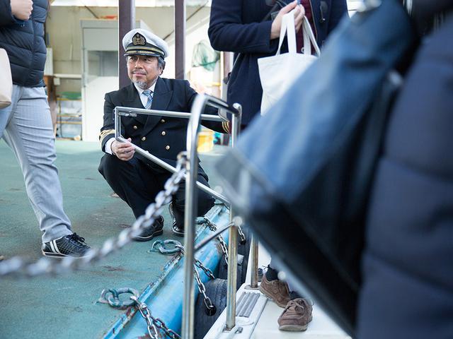 画像: 船長の村田さん。お客様の乗船を、笑顔で見守る