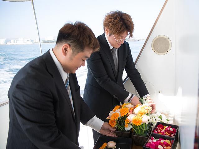 画像: お別れセレモニー後、散骨に備えて花を花弁と茎とに分けていく。 環境汚染を最小限にするためだそう