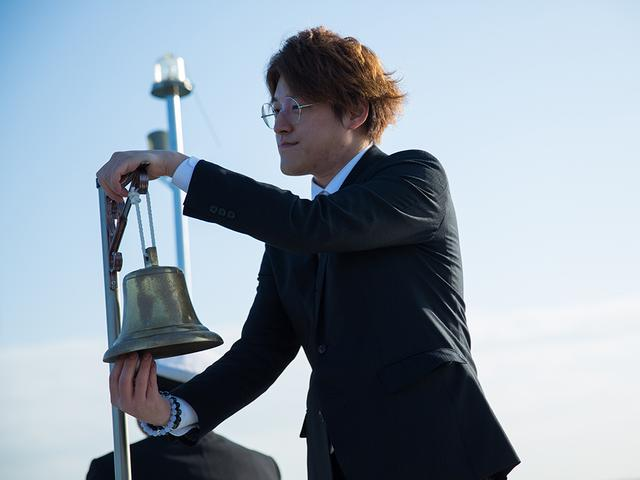 画像: 鐘の音を聞きながら黙祷。 この後、船は散骨ポイントを3度、旋回する