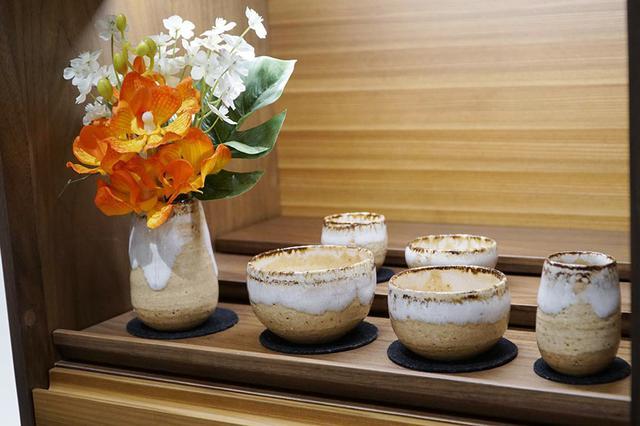 画像: 安土:信楽焼き作家さんと共同開発した六具足。柔らかい質感の陶土に白い釉薬の垂れを表現。温かみを感じるセット