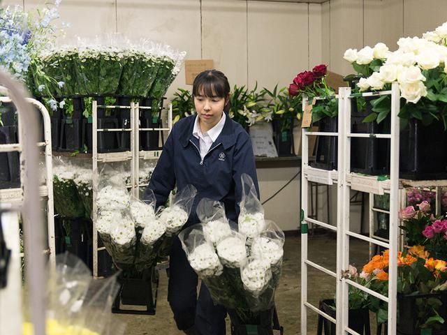 画像: 花専用の冷蔵庫から、花材を運び出す