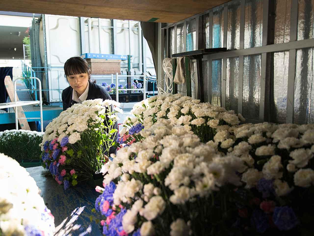 画像: 最後に花を積み込む。 その後、自分でトラックを運転して斎場へ運びこみ、セッティングするまでが一連の流れ