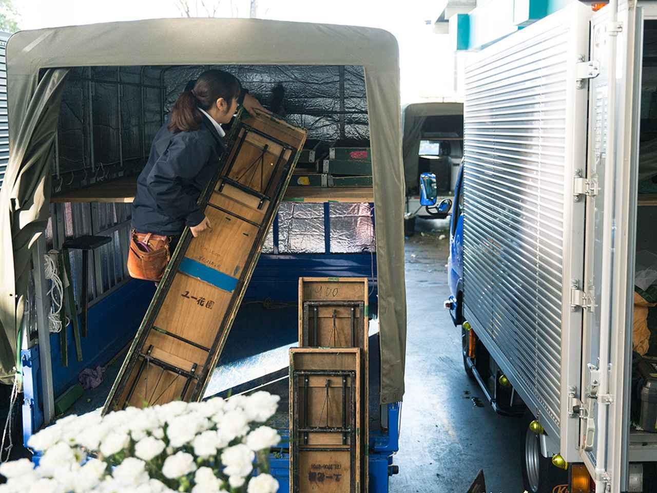 画像: 斎場で使用する台を積み込む。 台は、がっしりとして重そうだが、古屋さんの動きはテキパキしている
