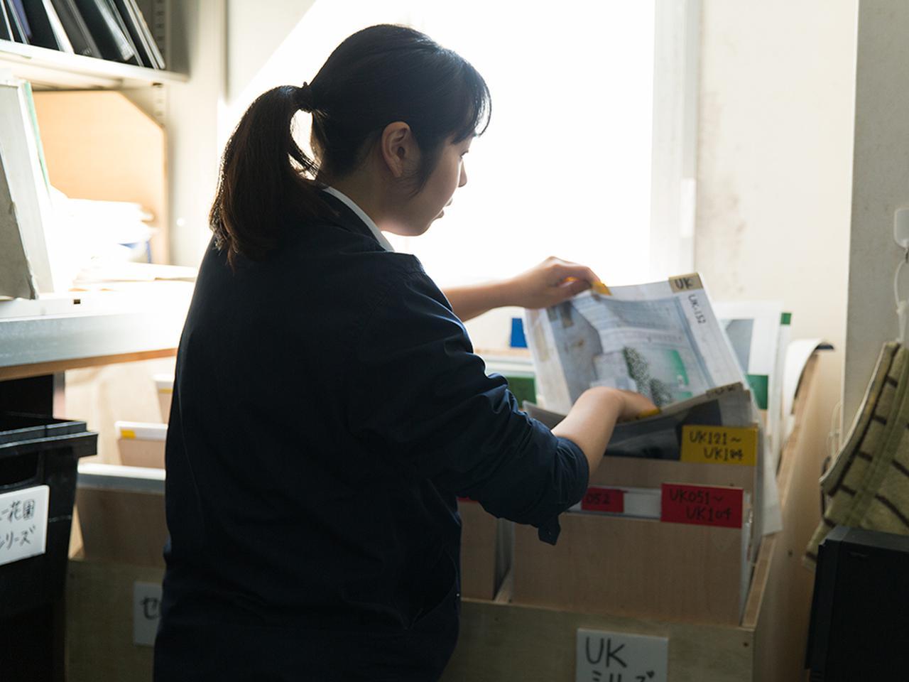 画像: まず注文内容を確認し、カタログ見本を取り出す