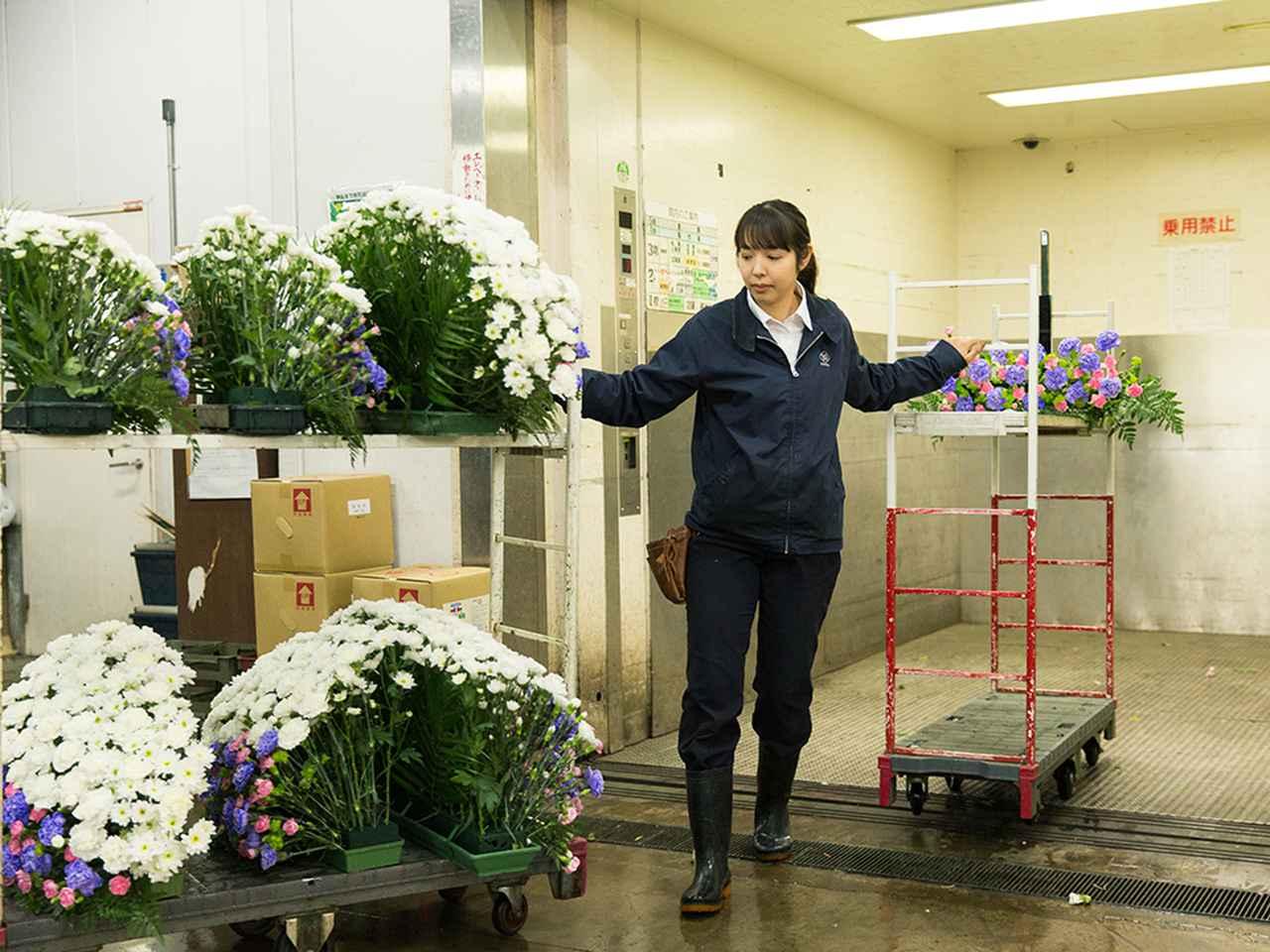 画像: 出来上がった生花祭壇を分解して、1階の荷捌き場まで下ろす