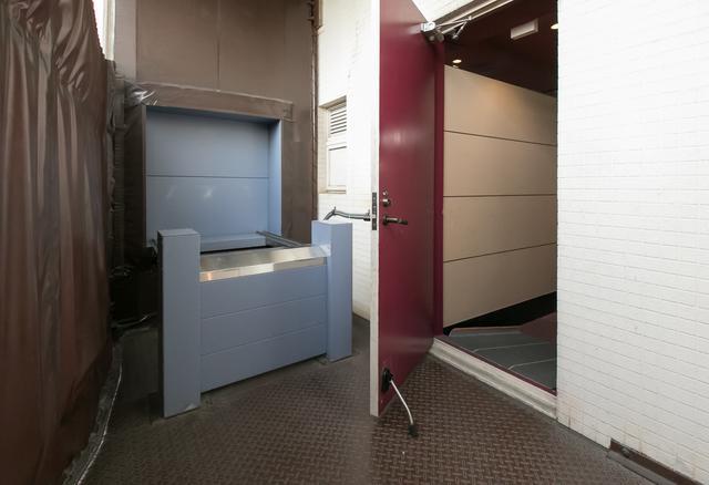 画像: 各フロア、非常口の外にエレベーターがある 写真左端に写っているのは、風雨を防ぐソフトカバー