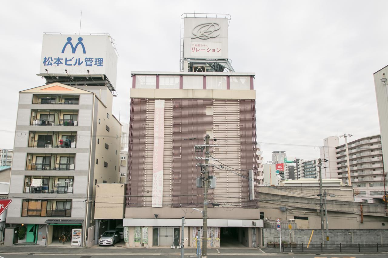 画像: 道路に面した6階建てのビル。1階は半地下の駐車場になっている