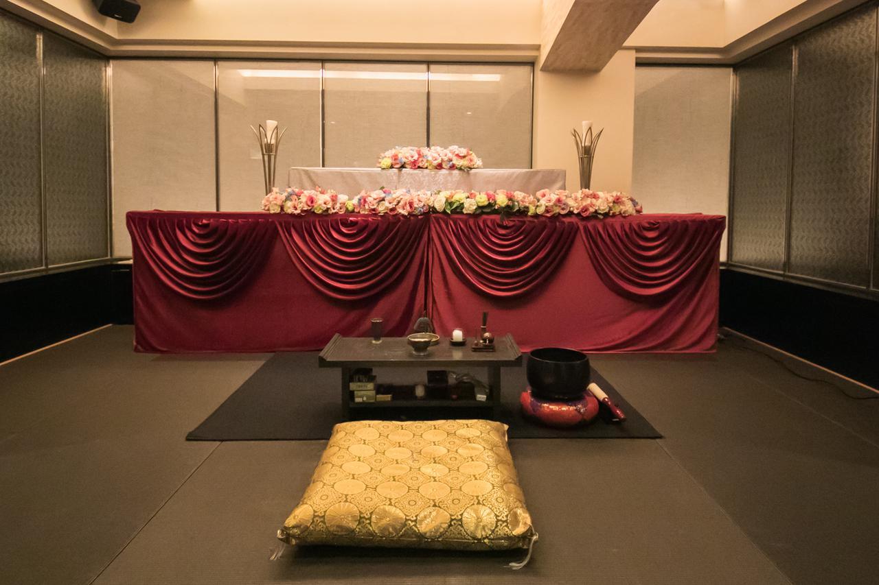 画像: 祭壇から宗教者席までで式場の3分の2程度を占める程度の広さ