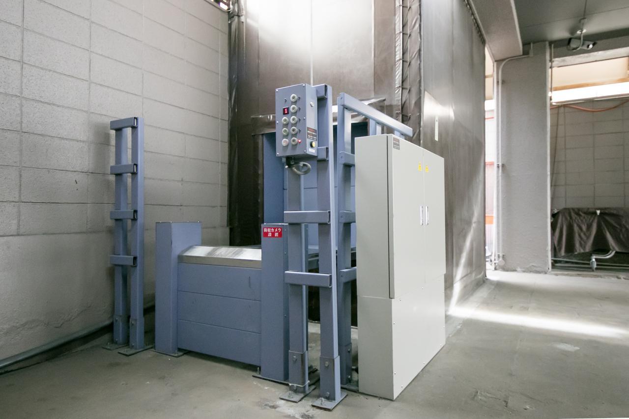 画像: 棺を各フロアに運ぶためのエレベーター