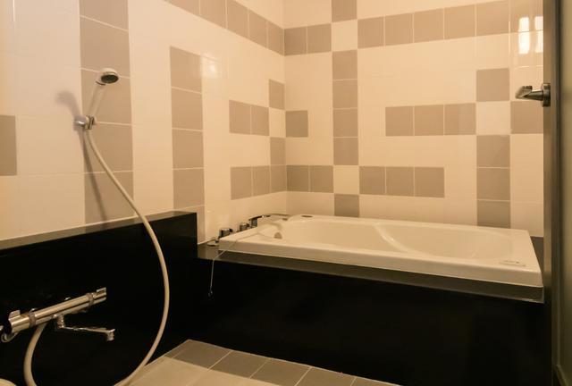 画像: タイルの柄がモダンな雰囲気のバスルーム