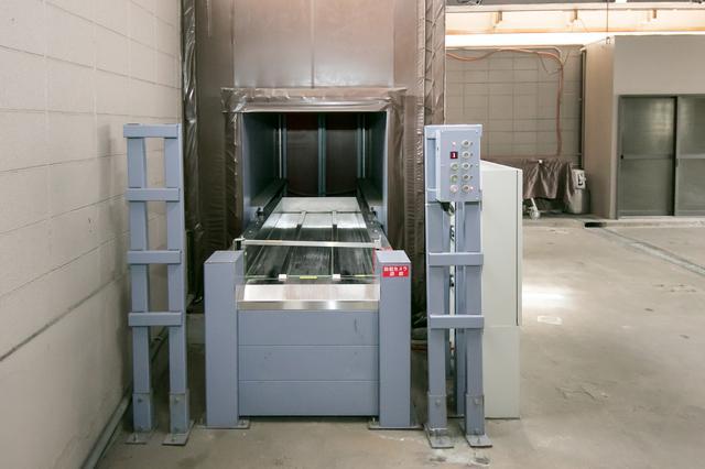 画像: エレベーター正面から 昇降ボタンを押したら、担当者は背後にある非常階段をダッシュして上階へ