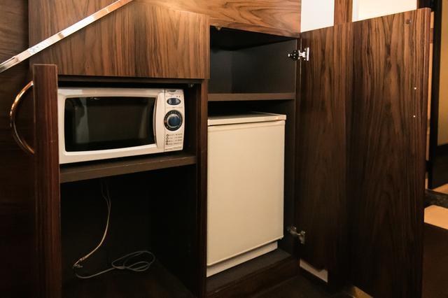 画像: 階段下のスペースに、冷蔵庫と電子レンジ