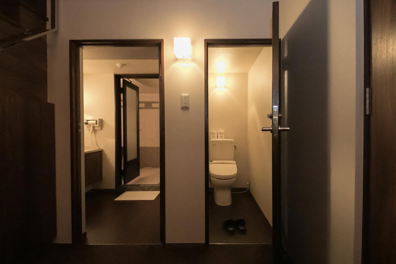 画像: 左がバスルーム・パウダールーム、右にお手洗い
