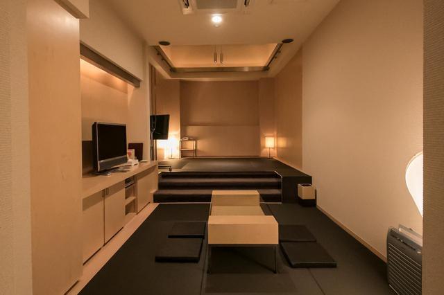 画像: 6階にある、もうひとつの遺族控室 階段を上がったところは寝室として、手前はリビングとして利用