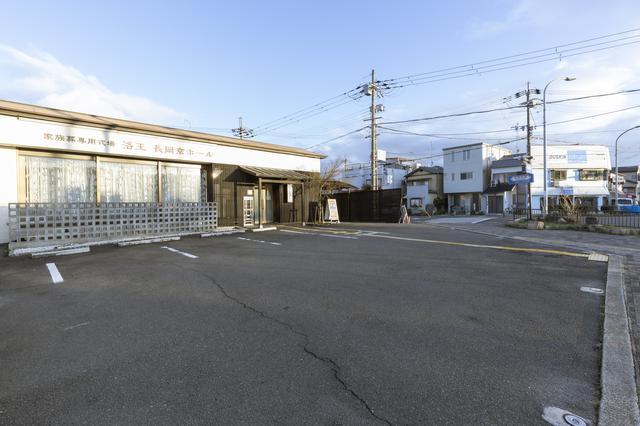 画像: 表には3台分の駐車場。