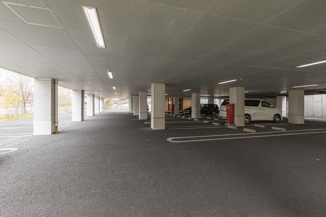 画像: 広々とした1階駐車場