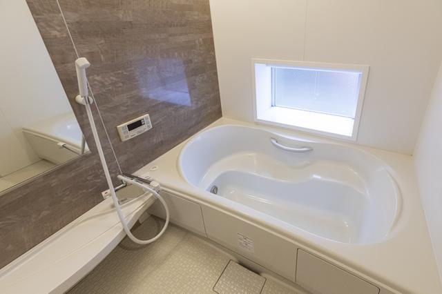画像: 窓からの自然光に癒やされるバスルーム