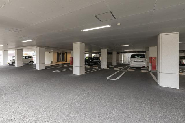 画像: 50台収容可能な屋根付き駐車場