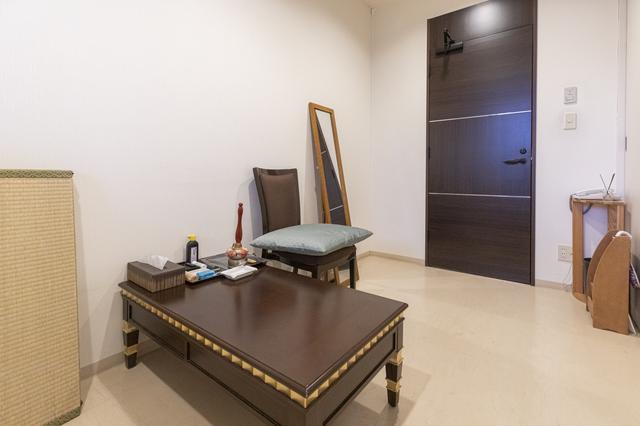 画像: 機能的な僧侶控室