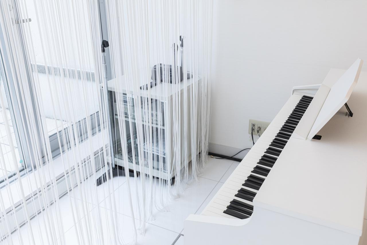 画像: 生演奏用のピアノも白で