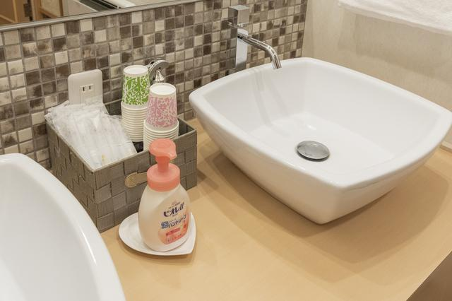 画像: スクエアな洗面ボウルに、四角い取っ手の蛇口。こだわりを感じる