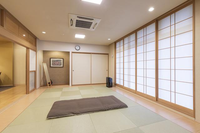 画像: 納棺の儀にも使用される和室。障子を開くとテラスが広がり、川のせせらぎと自然豊かな風景を楽しめる