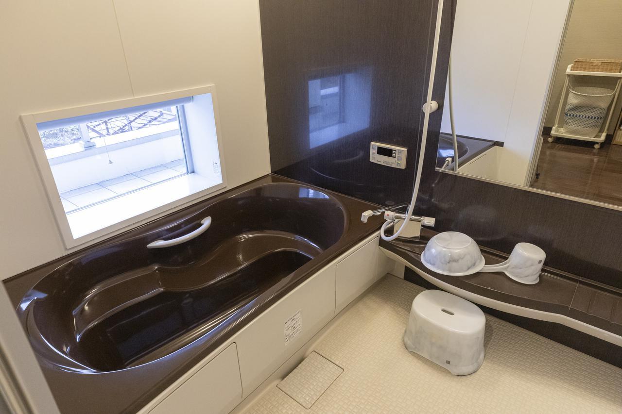 画像: テラス側に窓のある2階浴室