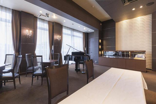 画像: ウィズハウスの人気サービスである生演奏のためのピアノと、ビュッフェスタイルの通夜ぶるまいに使用する台が備え付けてある
