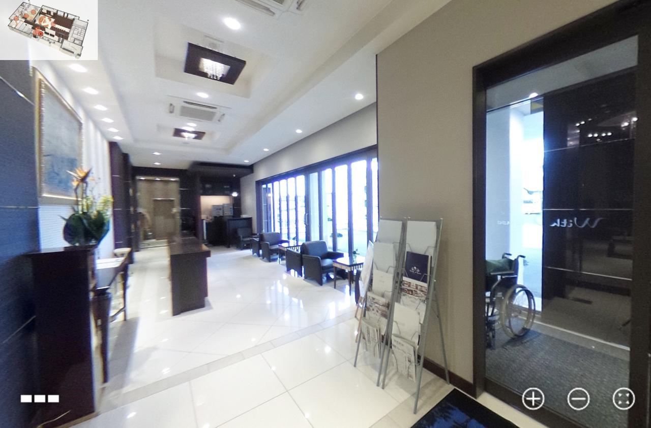 画像: (360°カメラの映像)入り口から受付エリアに向かって撮影。 ドア横には車椅子も準備