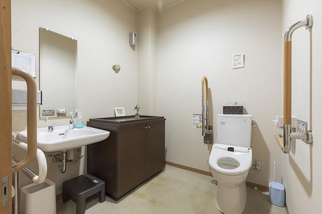 画像: バリアフリーのお手洗い。洗面台の下には、小さなお子様用の踏み台も