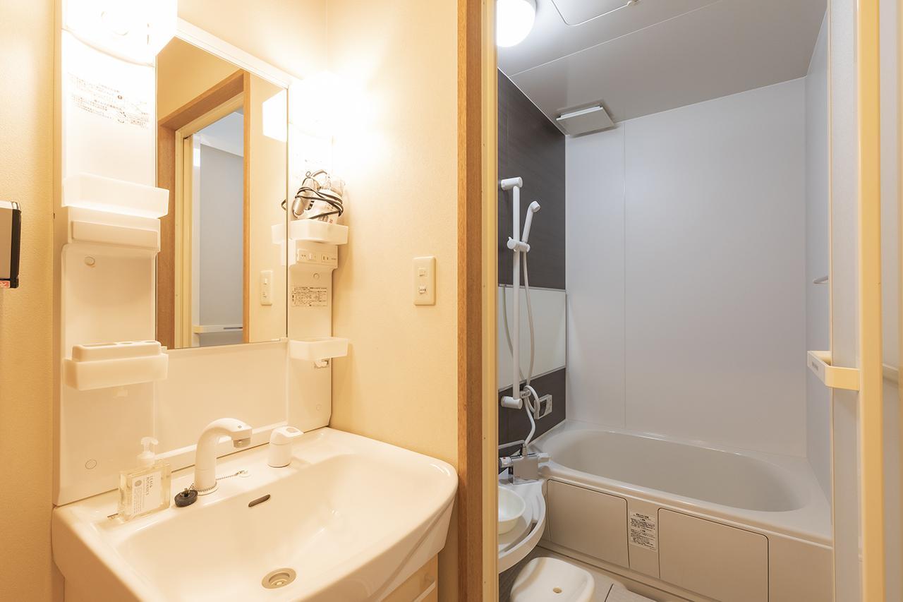 画像: 清潔なバスルームと洗面所