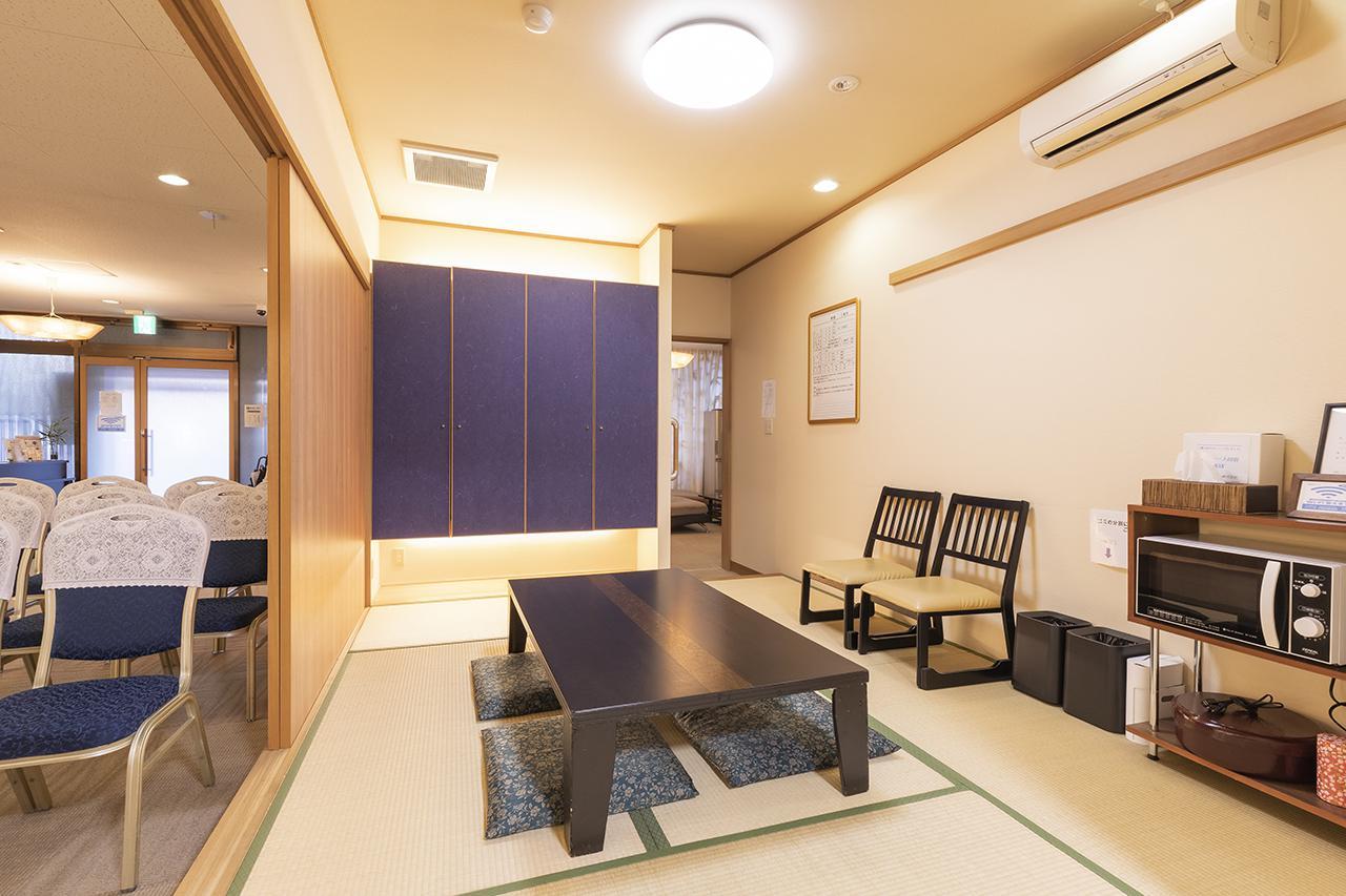 画像: 引き戸を全開にすれば式場とひとつづきになる遺族控室