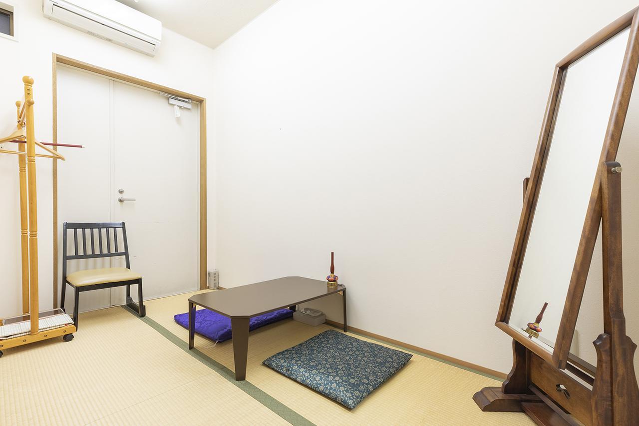 画像: 畳敷きで広めの僧侶控室