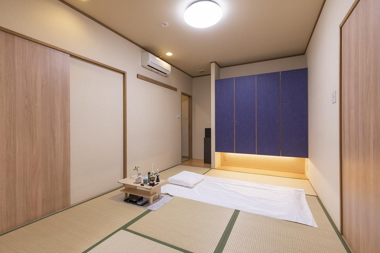 画像: ご遺体安置のお部屋。左奥の扉は浴室につづいている