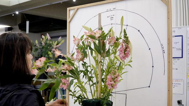 画像: 供花づくりのためのシルエットガイドボード